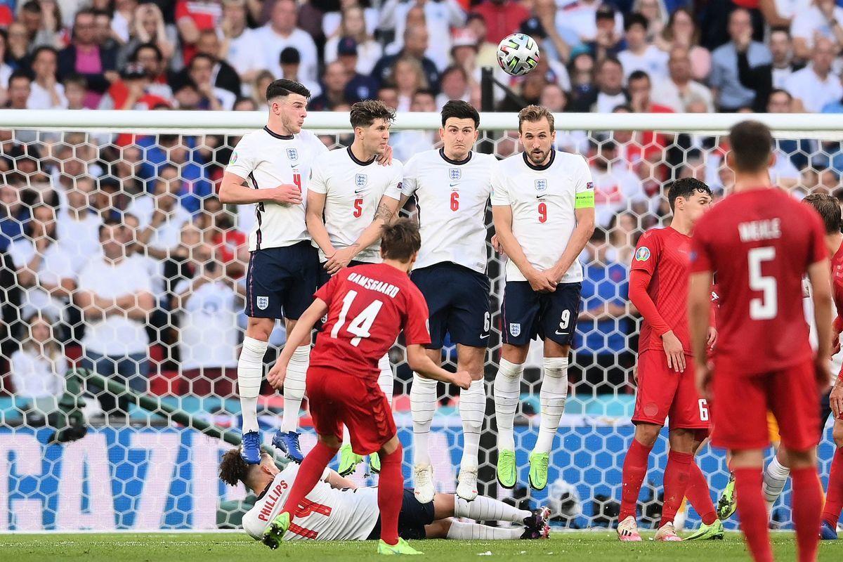 歐洲準決賽,英格蘭通過加時賽以2:1戰勝丹麥晉級。圖為丹麥任意球直接得分瞬間。(LAURENCE GRIFFITHS/POOL/AFP via Getty Images)