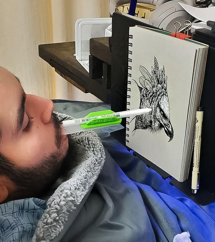 美國加州29歲的亨利‧薩拉斯雖然四肢癱瘓,但他艱辛地學會用嘴畫畫。(themouthninja提供)