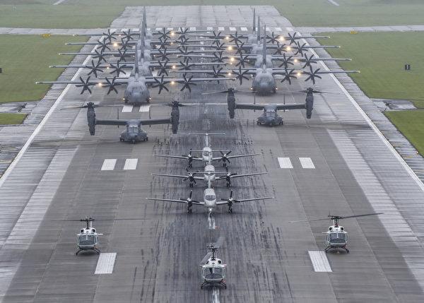 2020年5月21日,美軍在日本橫田空軍基地展示了一次運輸機的大象漫步,包括9架C-130運輸機、3架C-12 運輸機、2架CV-22魚鷹旋轉翼直升機、3架UH-1N直升機。(美國空軍)