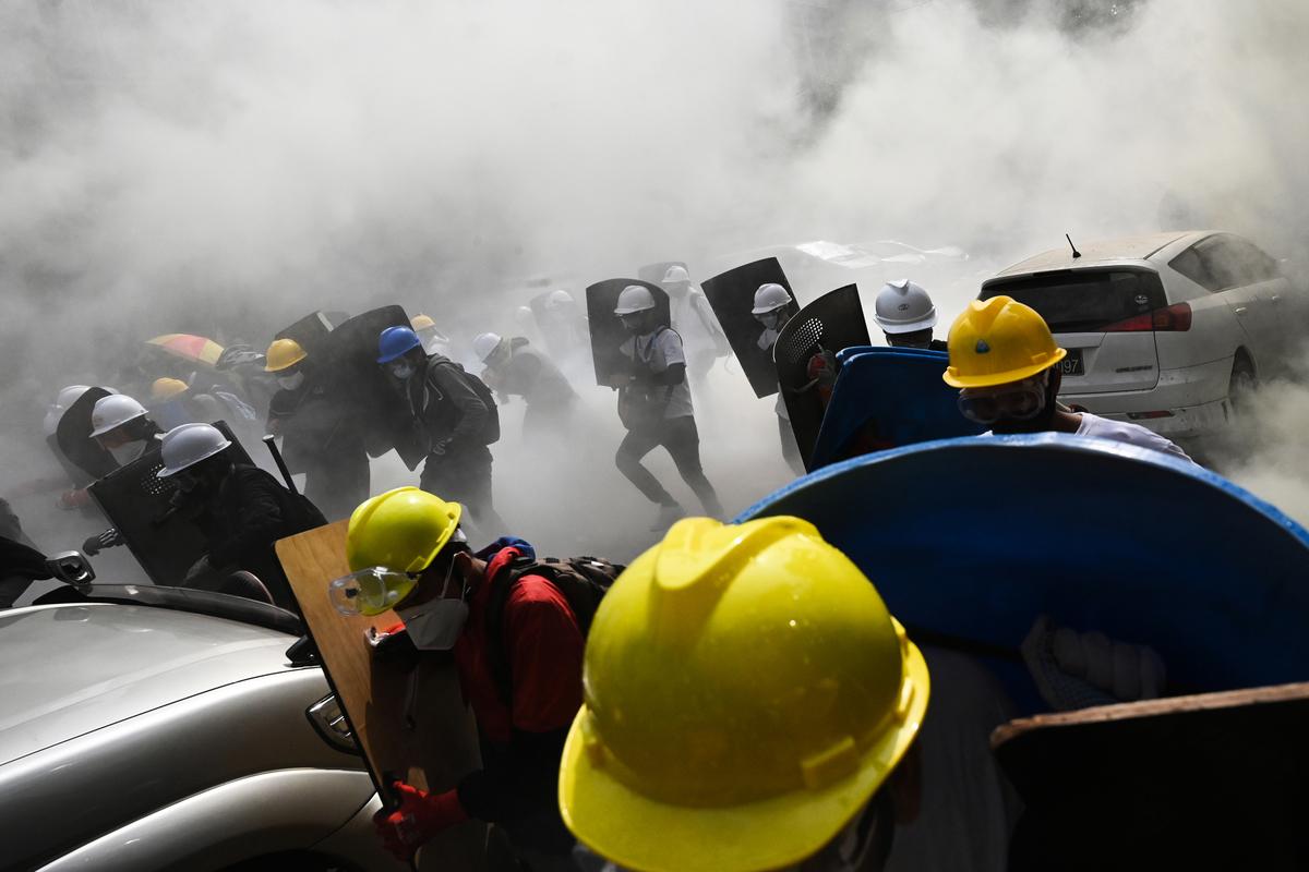 3月3日,仰光抗議者手持自製盾牌的場景。(STR/AFP via Getty Images)