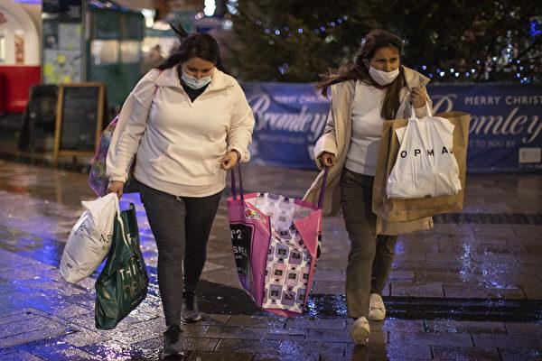 2020年12月19日,英國布羅姆利(Bromley),民眾在第四級防疫措施生效前購物,屆時許多商店將關閉。(Dan Kitwood/Getty Images)