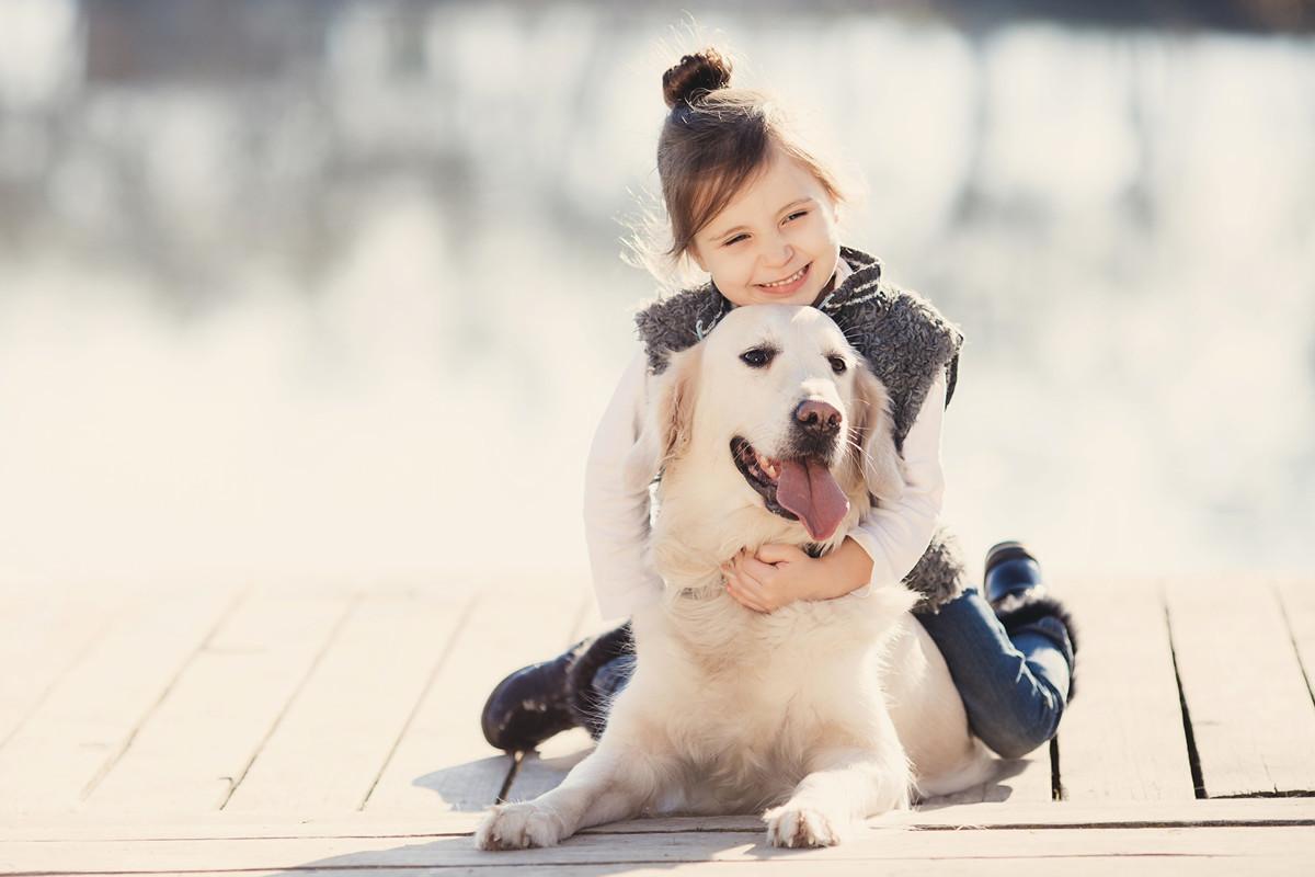 美國康乃迪克州女童梅茜(Maci)寫信給在天堂的小狗,沒想到收到回信。圖為一名女童抱著小狗,與本文無關。(Fotolia)