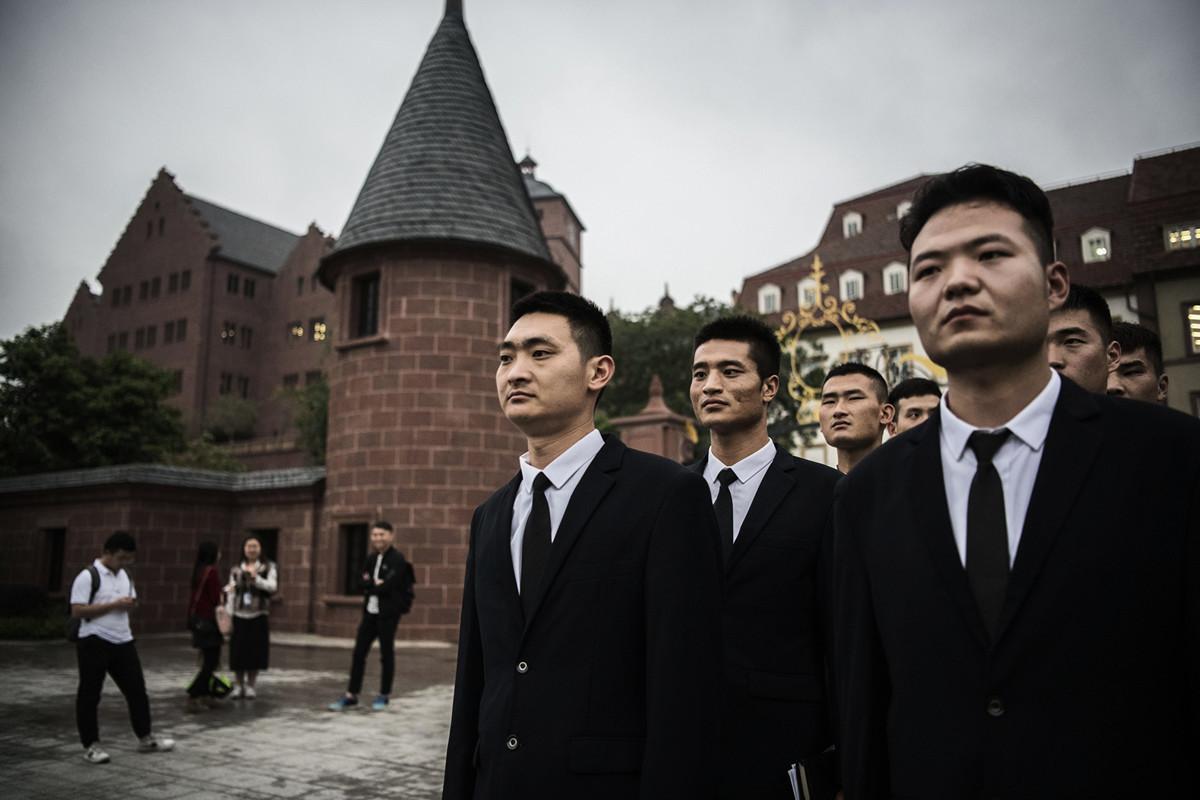 外媒再次揭示華為創辦人沒說實話,華為至少收到110億元的政府巨額補貼。圖為華為深圳總部的保安。(Kevin Frayer/Getty Images)