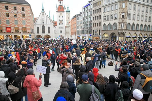 2021年3月13日,德國全部16州首府下午一點同步舉辦集會,抗議政府和各州政府對中共病毒採取的封鎖政策。圖為民眾在慕尼黑瑪琳廣場(Marienplatz)的抗議活動,人們高喊:自由、和平、民主。(黃芩/大紀元)