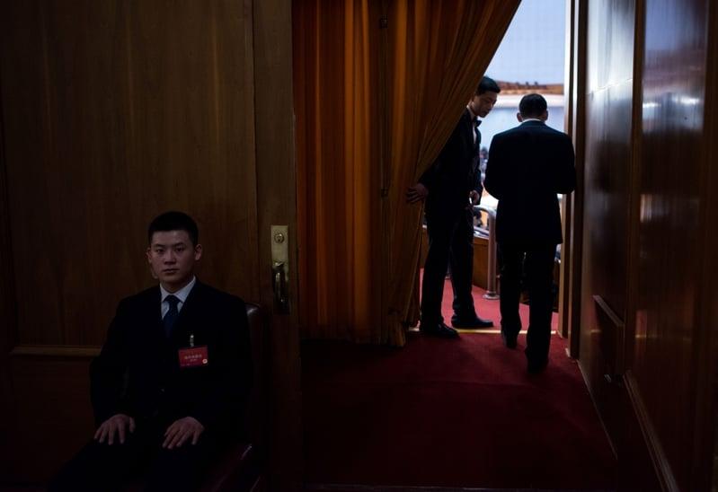 分析認為,二十大前,中共內鬥比較激烈。圖為2016年3月5日,大會堂內的統一穿黑西裝的保安人員。(JOHANNES EISELE/AFP/Getty Images)