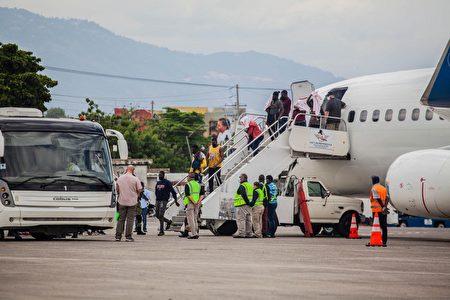 2021年9月19日,遭到遣返的海地移民在太子港機場走下飛機。一些移民表示,他們前往美國的途中,曾穿越山脈和叢林,經過了數周的危險跋涉。(RICHARD PIERRIN/AFP via Getty Images)