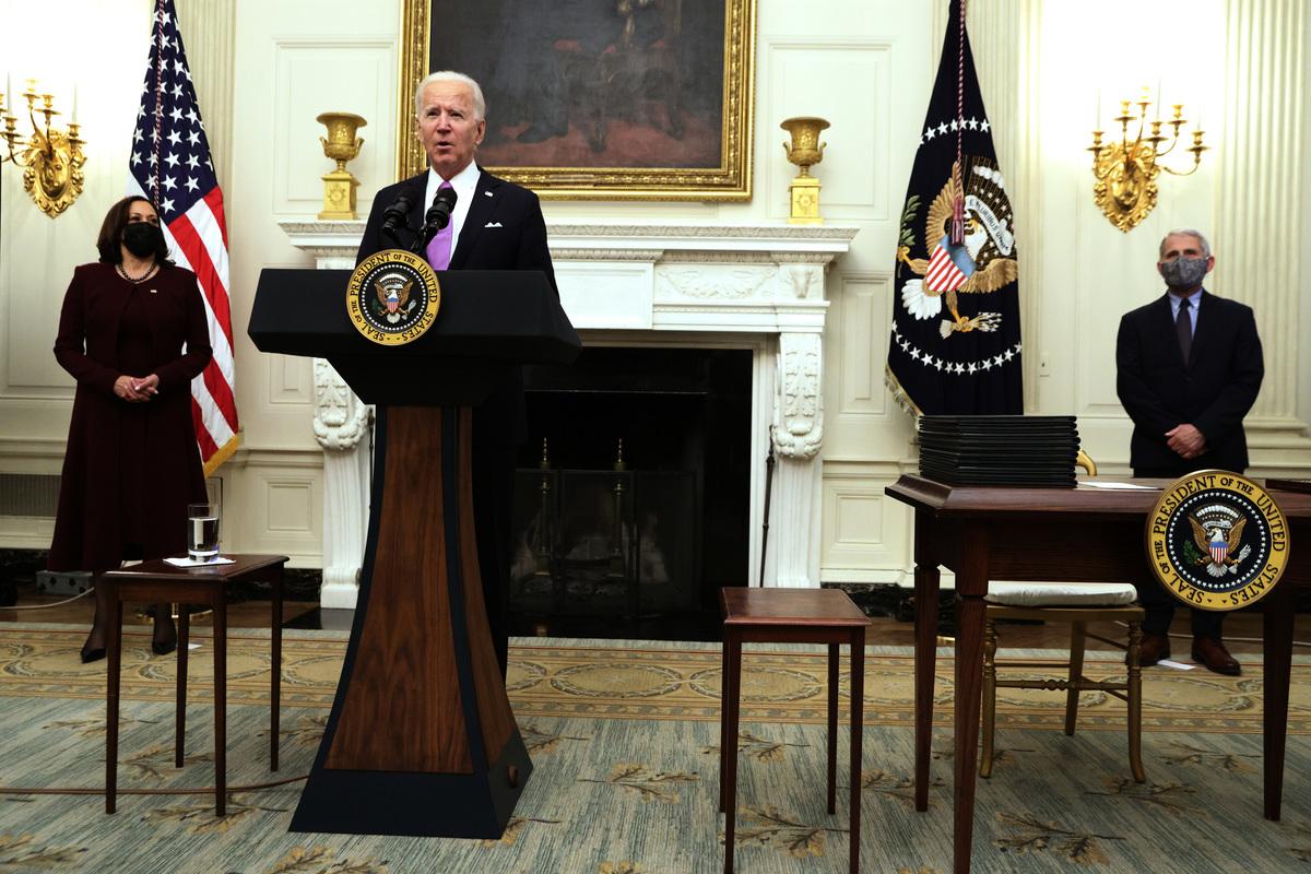 圖為2021年1月21日,美國總統拜登公佈COVID-19應對指南以及簽署數個行政令,副總統賀錦麗和其首席醫療顧問福西在場。(Alex Wong/Getty Images)