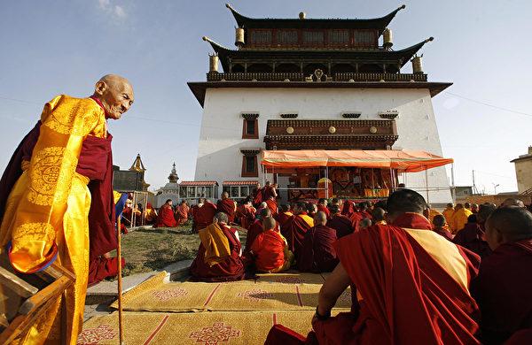 除了封八思巴為國師、帝師以示推崇外,忽必烈對於吐蕃僧人也十分優待,不僅給他們賜官封號,還允許他們不服兵役、勞役和繳納賦稅。示意圖。(PETER PARKS/AFP/Getty Images)