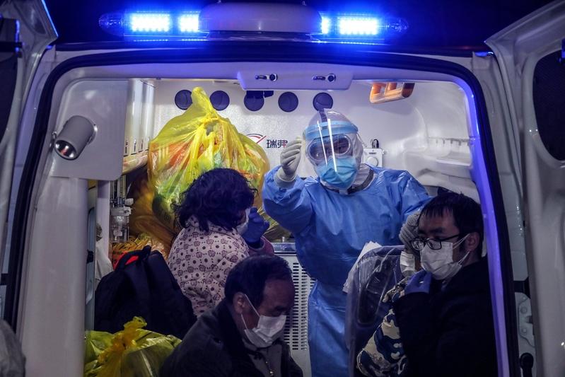 2020年3月3日,救護車將中共肺炎患者從武漢市第五醫院送往新建的雷神山醫院。(STR/AFP via Getty Images)