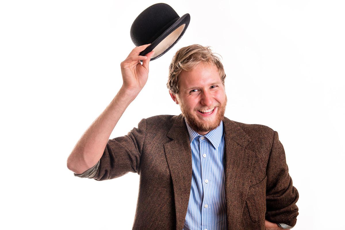 受中共肺炎疫情影響,人們打招呼的方式發生改變。圖為一名男子舉起帽子打招呼。(Fotolia)