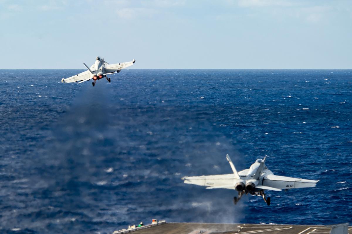 2020年10月24日,在菲律賓海域,一架EA-18G咆哮者和一架F/A-18E超級大黃蜂從列根號航空母艦(CVN 76)上起飛。(美國海軍)