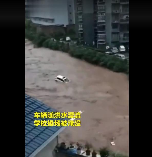 進入六月,重慶各區縣相繼出現大雨、暴雨天氣。其中石柱、酉陽縣等地區14日凌晨出現特大暴雨,中小河流出現超警戒水位洪水,鄉鎮被淹,水漫街道,汽車如紙船般飄浮水中,居民損失慘重。圖為6月14日的石柱城北區。(影片截圖)