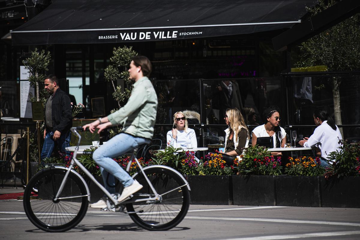 2020年5月8日,在中共病毒(武漢肺炎)大流行期間,人們坐在瑞典首都斯德哥爾摩的一家餐館裏。(JONATHAN NACKSTRAND/AFP via Getty Images)