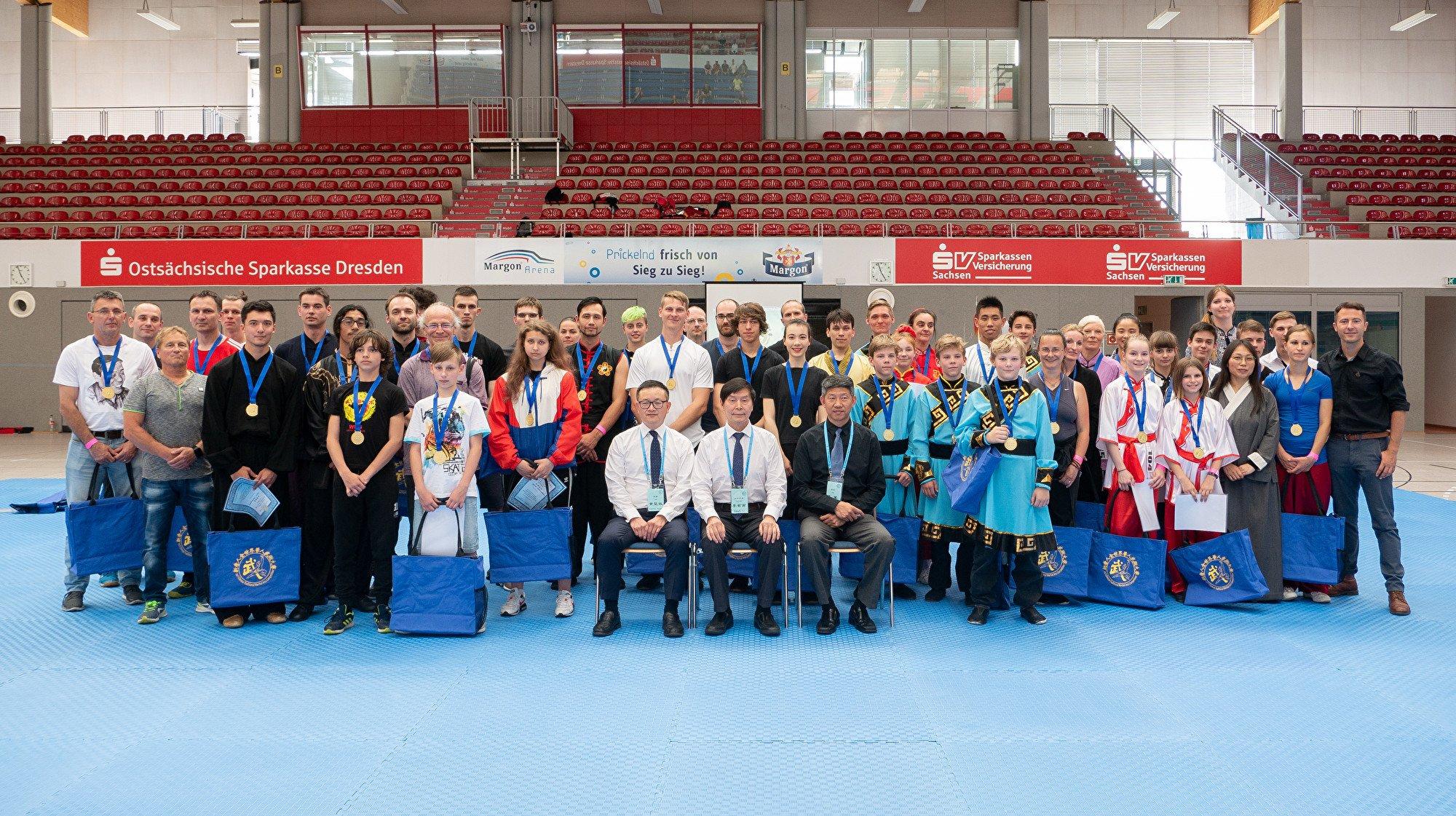 6月1日,第六屆新唐人全世界武術大賽歐洲初賽在德國古城德累斯頓順利落幕,圖為評委與選手合照。(張清颻/大紀元)