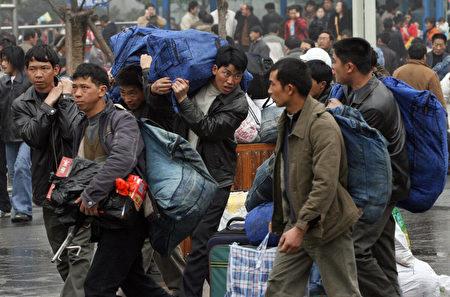 2007年2月8日,中國農民工到上海站坐火車返鄉過新年。(Mark Ralston/AFP via Getty Images)