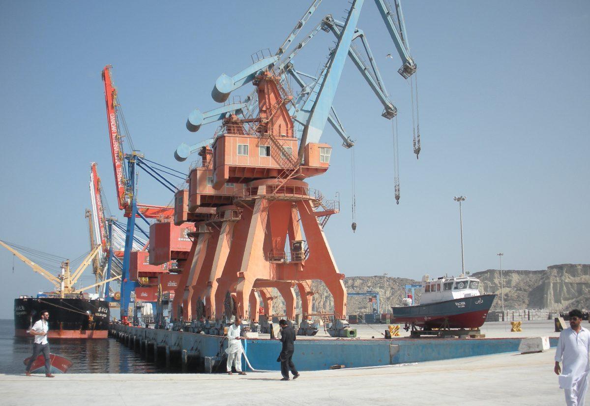 工人們從巴基斯坦的瓜達爾港(Gwadar Port)前經過,這是中共投資了數十億美元的基礎設施項目,是「一帶一路」倡議的一部份。(Amelie Herenstein/AFP/Getty Images)