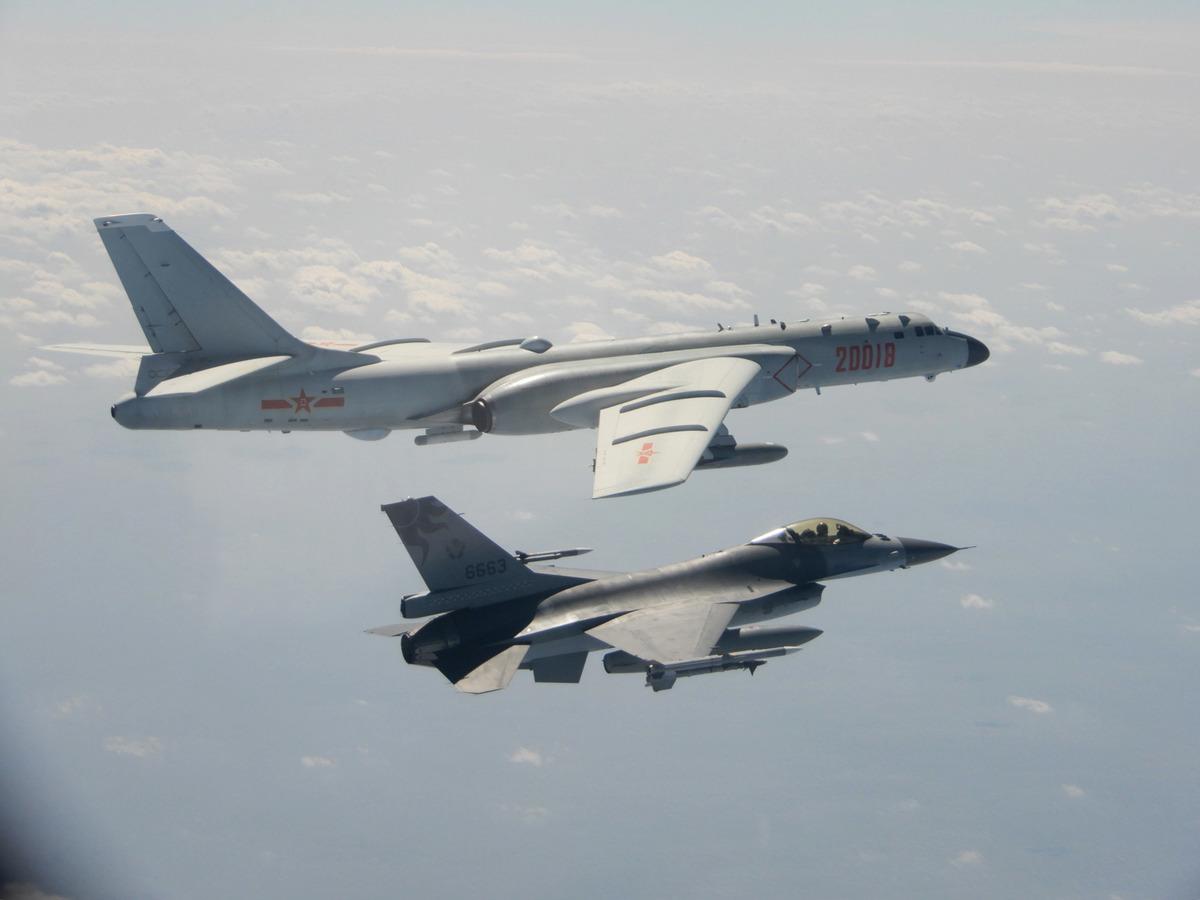 正當全球都在關注中共肺炎防疫之際,中共近日卻不斷派戰機騷擾台灣。圖為台灣空軍F-16戰機監控繞台飛行的共軍轟六轟炸機。 (中央社)