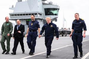 英國首相約翰遜訪問伊麗莎白女王號(多圖)