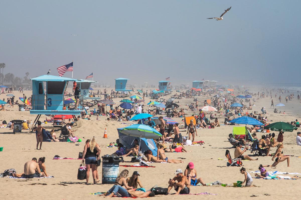 2020年4月25日,人們因為中共病毒被迫居家隔離多日後,來到加州亨廷頓海灘(Huntington Beach, California)享受陽光和新鮮空氣。(Apu GOMES/AFP)
