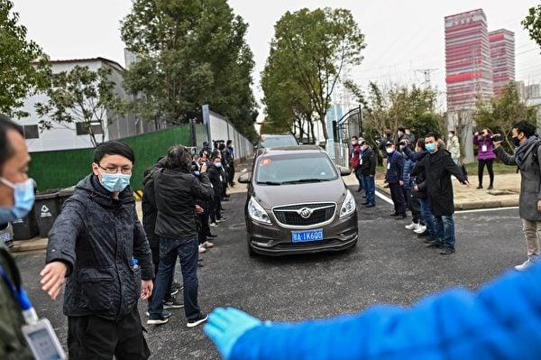 世界衛生組織(WHO)專家小組於1月30日,到武漢市的武漢金銀潭醫院調查中共病毒的來源,在進入該醫院時,有大批中共警察及保安人員在此執勤。(HECTOR RETAMAL/AFP via Getty Images)