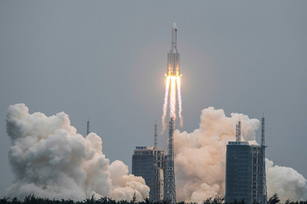 美東時間2021年5月8日午夜,美國太空司令第18太空控制中隊(18SPCS)證實長征5B火箭已墜落印度洋。圖為2021年4月29日,該枚火箭發射場景。(Photo by STR / AFP) / China OUT