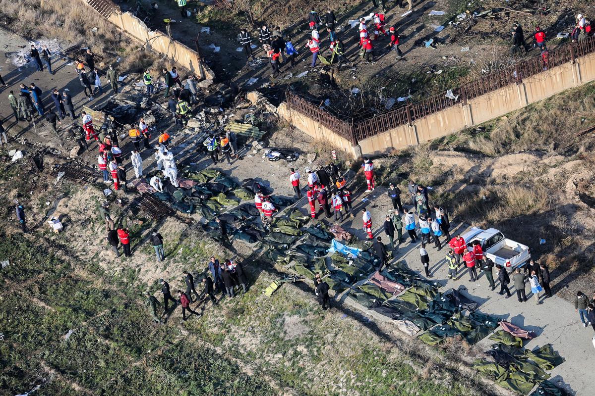 烏航班機墜毀,疑似被伊朗導彈擊中瞬間的影片流出。圖為烏航PS752班機失事地點。(Rouhollah VAHDATI/ISNA/AFP)
