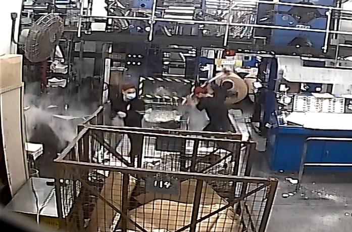 2021年4月12日,香港《大紀元時報》印刷廠的閉路電視監控系統顯示,歹徒身穿黑衣,其中一人揮舞著大錘,損壞印刷設備。(《大紀元時報》香港印刷廠的閉路電視監控系統截圖)