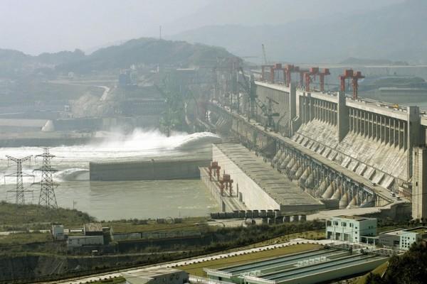 近日,湖北宜昌市遭遇暴雨襲擊,而宜昌上游的三峽大壩、葛洲壩洩洪,導致下游宜昌市被淹,再次讓三峽大壩的議題備受關注。(Getty Images)