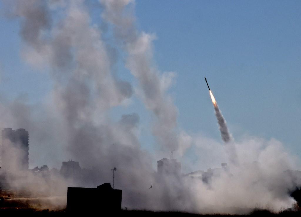 以色列表示,在2021年5月11日對加沙的空襲中,擊斃了哈馬斯軍事聯隊的16名成員,包括一名高級成員。巴勒斯坦激進份子也向以色列投下了火箭彈。圖:2021年5月12日,以色列鐵穹攔截哈馬斯火箭彈。(EMMANUEL DUNAND/AFP)