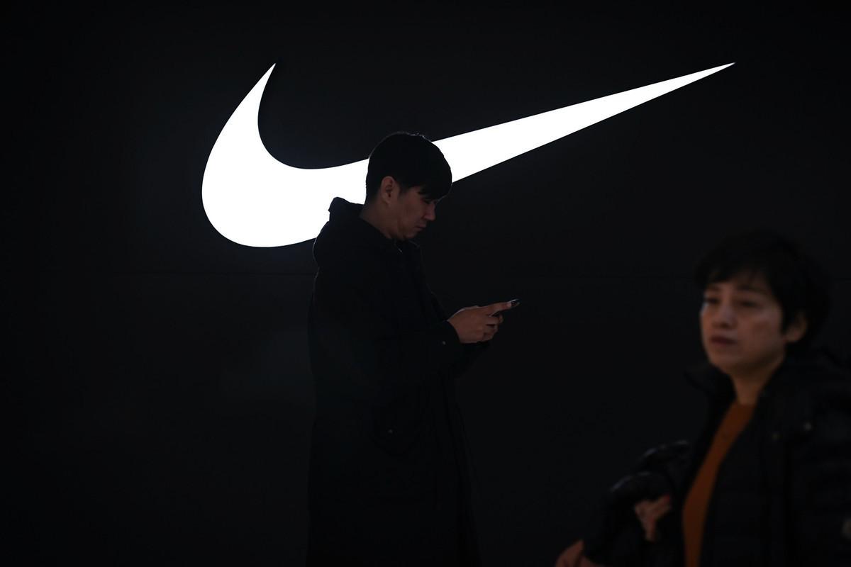 面對2021年3月中國抵制Nike風潮,傳中國體育明星們在等國家體委表態,還有分析講,Nike是長期以來中國國家隊最大贊助商,他們也不想陷入高端運動裝備無人可替的窘境。圖為Nike中國店。(WANG Zhao/AFP)