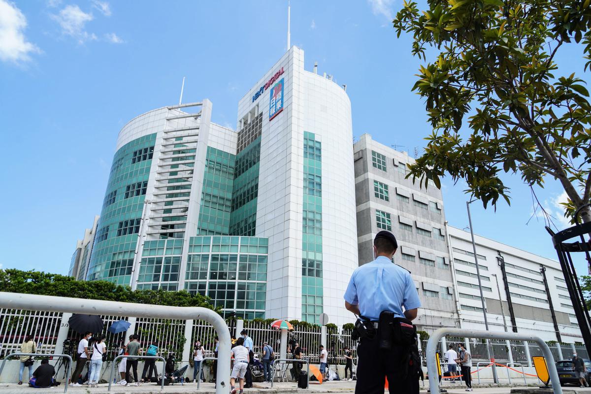 香港蘋果日報大樓6月17日早上遭警方搜查,5名壹傳媒集團及《蘋果日報》高層被捕。圖為數百港警搜查位於將軍澳的《蘋果日報》大樓,拉起封鎖線。(余鋼/大紀元)