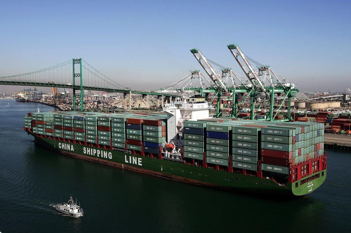 中共官方數據顯示,8月份中國出口下降,進口持續疲弱。圖為一艘中國貨輪駛進美國港口。(David McNew/Getty Images)