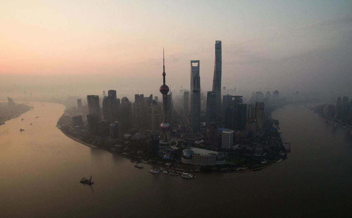 為了利益,為了野心,中共是要垂死掙扎的,其基本手段就是「國內大循環」和「國際循環」的「相互促進」。圖為上海。(JOHANNES EISELE/AFP via Getty Images)