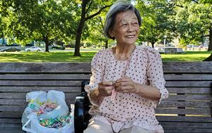 多倫多著名地標前 天天等中國遊客的老婆婆