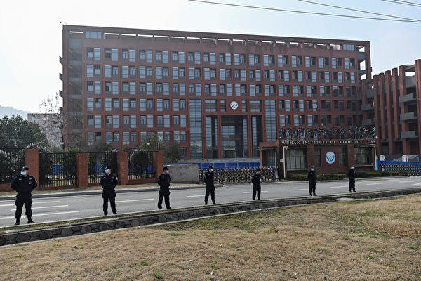 2月3日,世衛專家小組到達武漢病毒研究所時,該研究所大門前部署了嚴密的警力把守。(HECTOR RETAMAL/AFP via Getty Images)