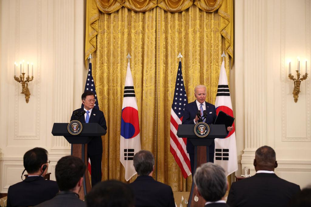 美國總統拜登(右)與南韓總統文在寅(左)5月21日在白宮進行首次面對面會晤,再次重申美韓同盟關係,並宣佈任命一名美國北韓特使。(Anna Moneymaker/Getty Images)