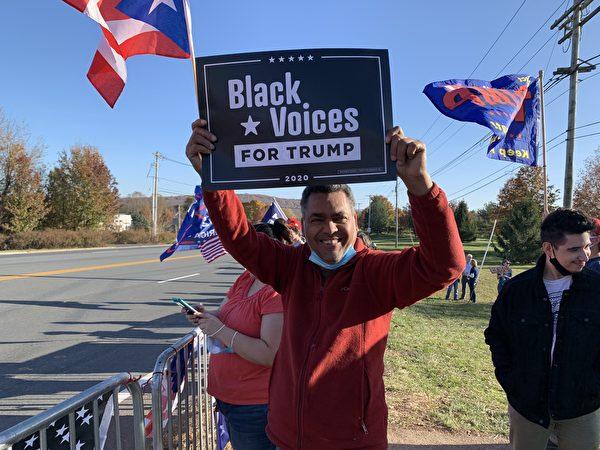 11月7日,在貝敏斯特(Bedminster)特朗普高爾夫俱樂部門前的高速公路口,數百挺特民眾抗議大選舞弊。集會者手舉黑人支持特朗普的標語牌。(郭茗/大紀元)