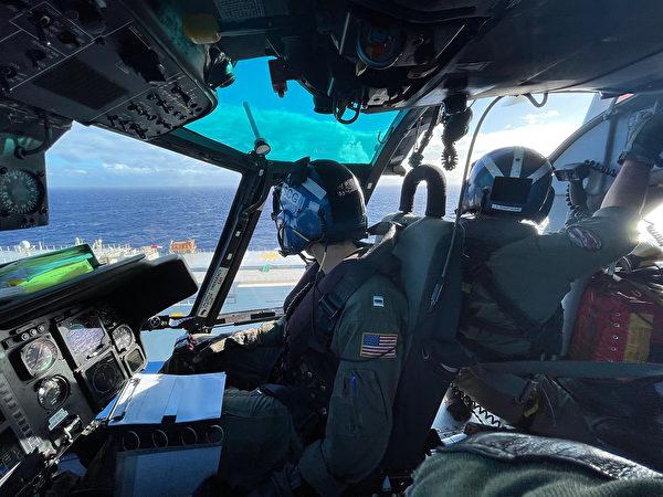2020年12月4日,美軍1架MH-65海豚直升機在夏威夷檀香山西北100英里處解救了1名水手。(美國海岸警衛隊)