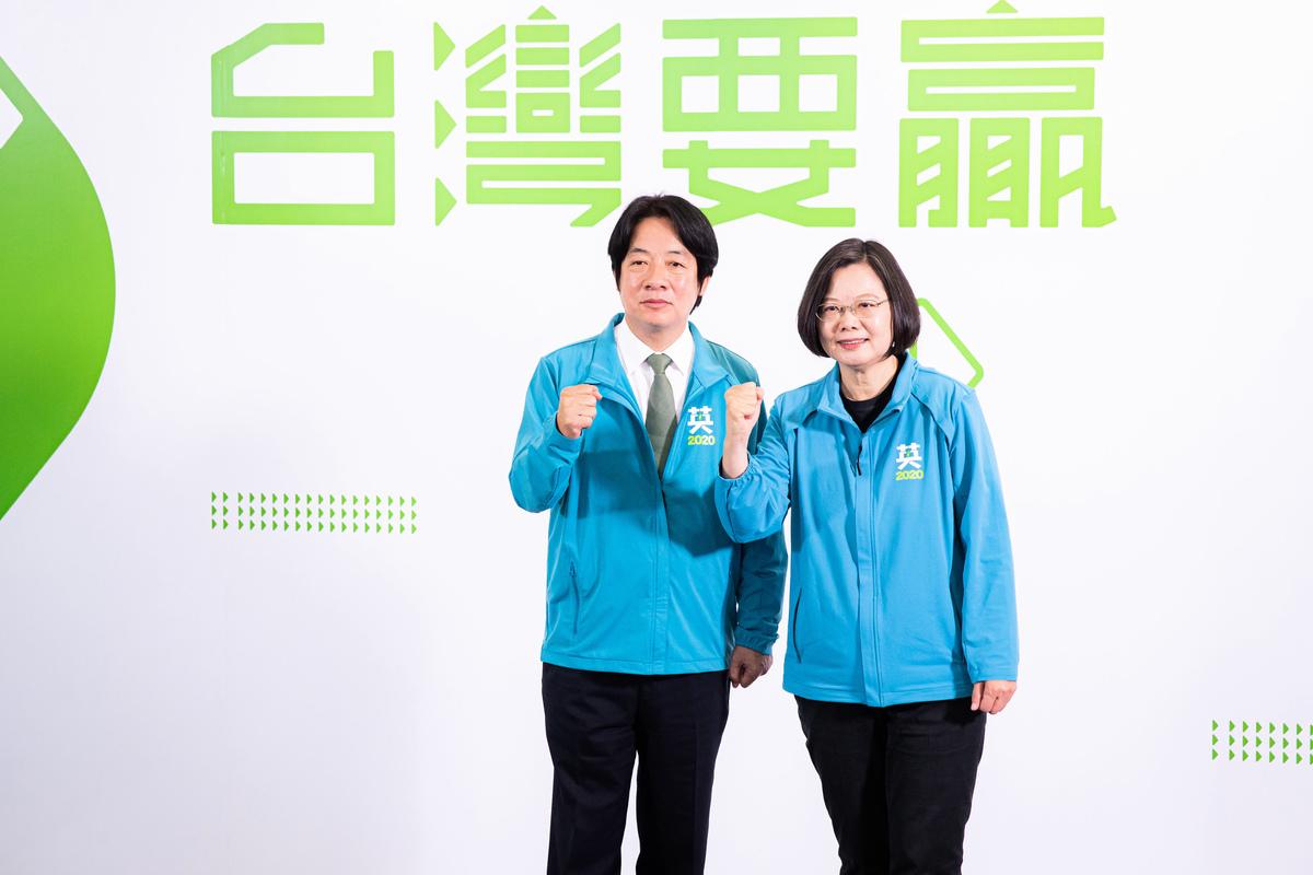 圖為中華民國總統蔡英文(右)11月17日召開記者會宣佈,副手為前行政院長賴清德(左),以「蔡賴配」角逐2020總統大選。(陳柏州/大紀元)