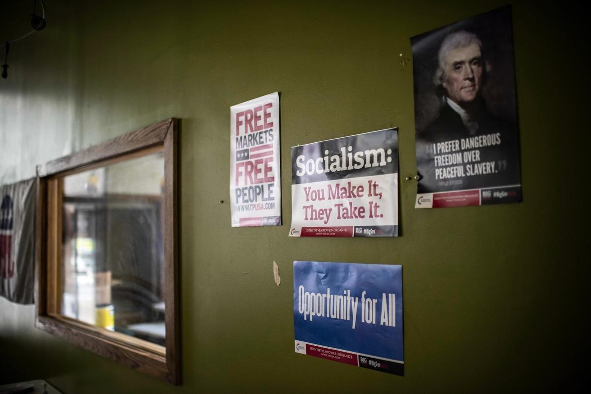 尋求連任的美國總統特朗普2020年10月12日說,美國永遠不會成為大號的委內瑞拉。圖為一處共和黨人競選辦公室牆上的標語,社會主義是你創造、它享有。(ERIC BARADAT/AFP via Getty Images)