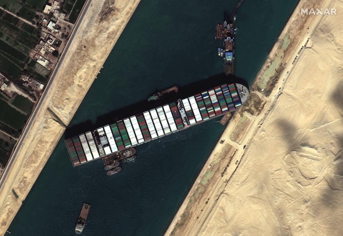 長榮海運長賜輪埃及時間2021年5月23日擱淺蘇伊士運河。(Maxar Technologies / AFP)