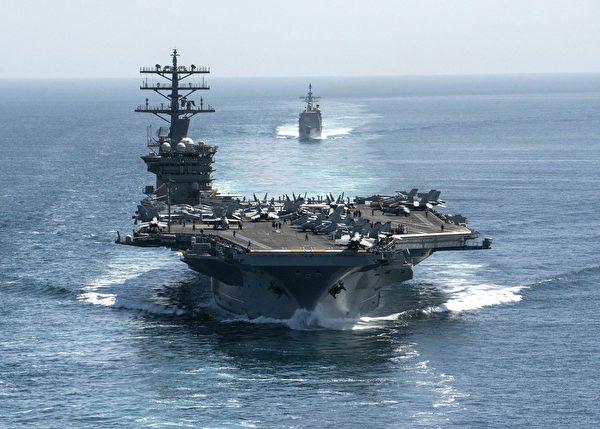 美國海軍的尼米茲號航空母艦和菲律賓號海巡航導彈巡洋艦,攝於2020年9月18日。(elliot Schaudt / US NAVY / AFP)