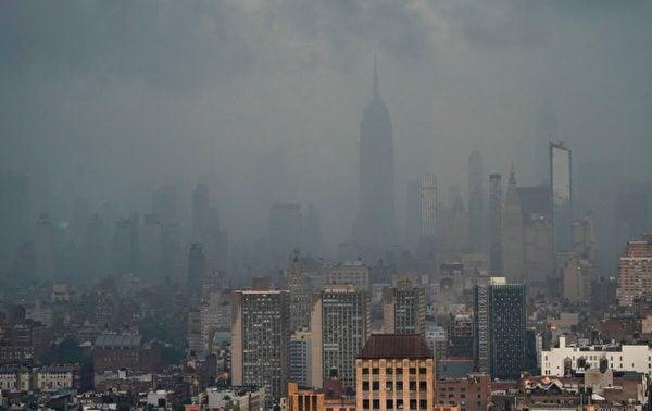 2012年7月8日,受熱帶風暴「艾爾莎」影響,紐約市降下暴雨。(Timothy A. Clary/AFP via Getty Images)