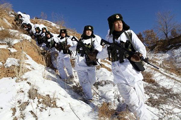 2015年1月28日,中國士兵參與在中國東北黑河的冬季訓練營。(STR/AFP via Getty Images)