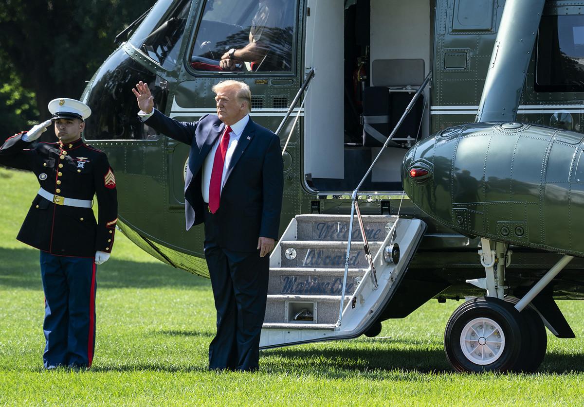 美國總統特朗普8月13日透露,中共因香港問題,非常想跟美做交易。美方與中方貿易談判代表幾小時前剛進行電話會議,特朗普稱,富有成效。(Tasos Katopodis/Getty Images)