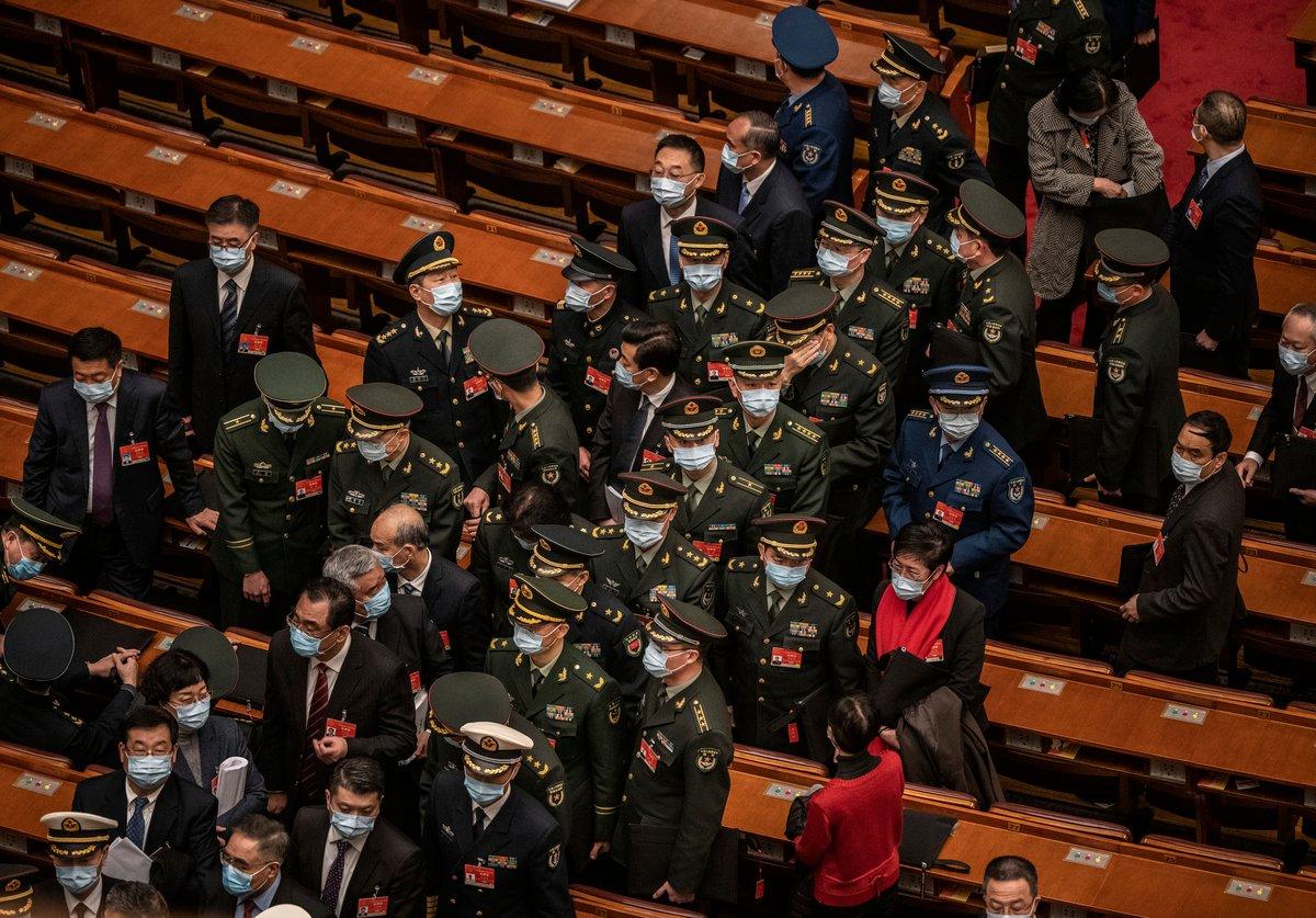 2021年3月5日,中共軍隊代表在人大開幕式後準備離開會場。(Kevin Frayer/Getty Images)