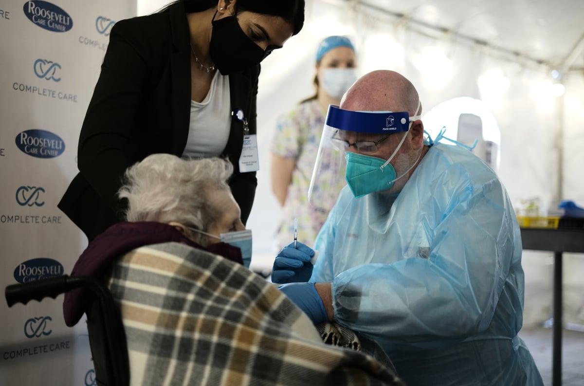 截止1月21日,新澤西州已接種疫苗455,965人次,圖為1月18日醫護人員為羅斯福養老院的老人注射疫苗。(Edwin J. Torres/ NJ Governor's Office)