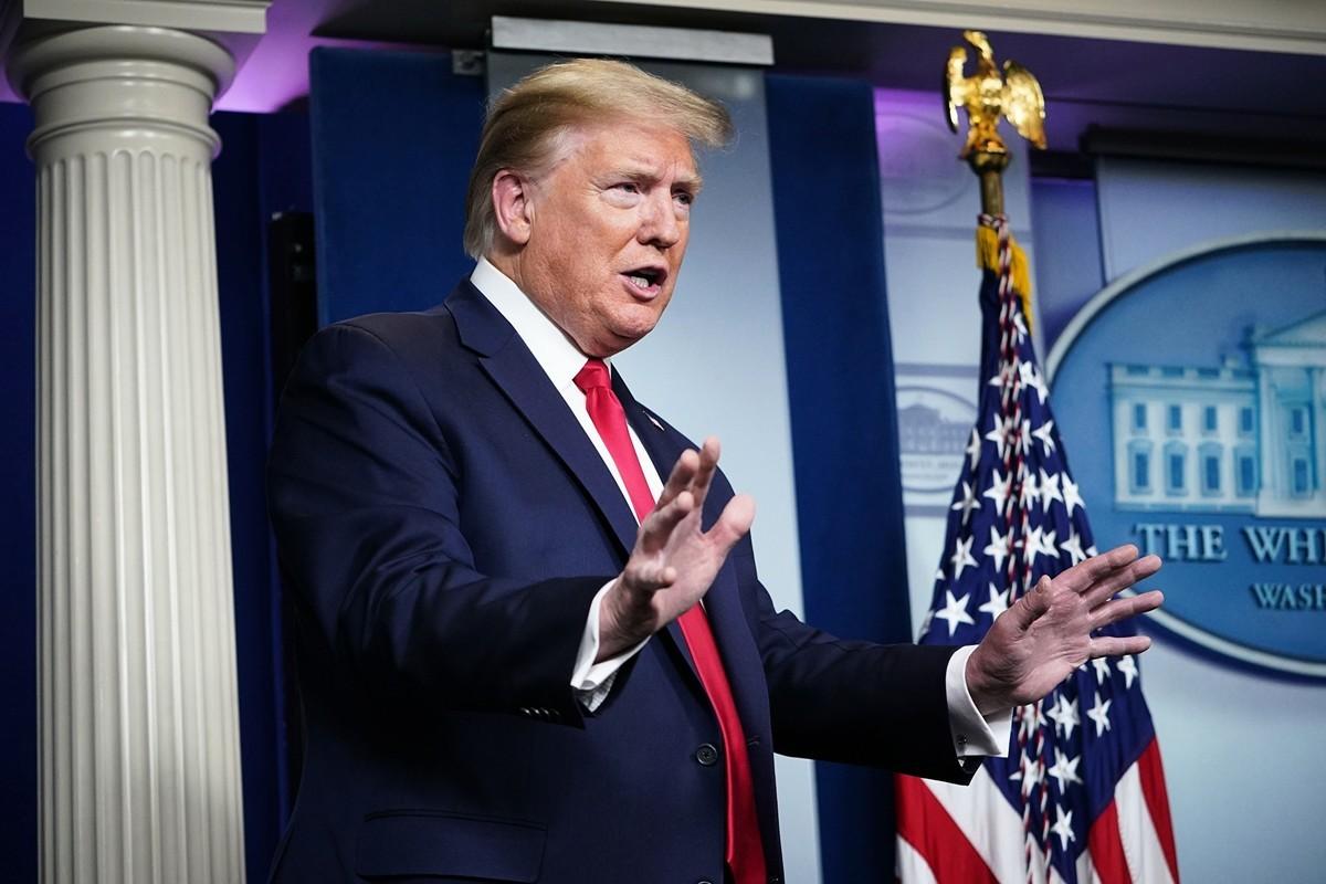 美國總統特朗普在2020年4月22日的白宮記者會上宣佈,為了保護在疫情間失業的美國勞工,他已簽署了停止核發綠卡的行政命令,這項命令暫定實施60天。(Getty Images)