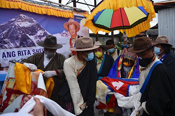 2020年9月23日,尼泊爾登山名家昂瑞塔(背景畫面上的人)的葬禮在加德滿都舉行。(AFP)