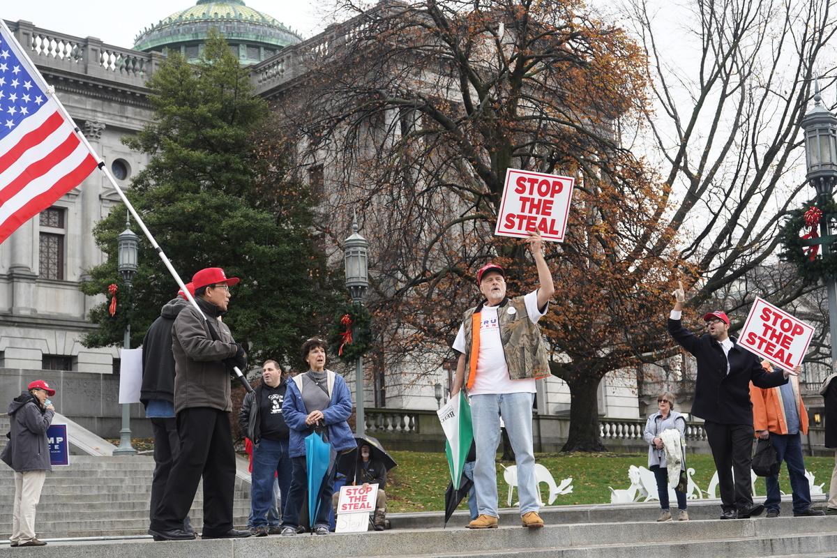 邪不勝正,美國憲法賦予民眾的權利。這次美國民眾依然會用自己的權利捍衛選舉。圖為2020年11月30日,美國賓夕凡尼亞州哈里斯堡(Harrisburg),民眾在賓夕凡尼亞州議會大廈前舉行「停止竊選」(Stop the Steal)的集會。(良克霖&李臻婷/新唐人)